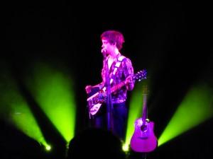 Clara und 2 Gitarren in violett/grün