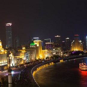 The Bund crowded with toursists (Yes the round things are heads)