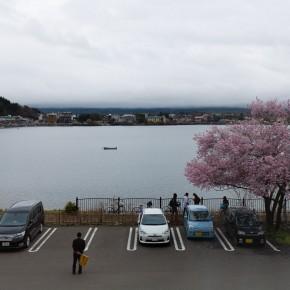 Auch der Autoeinweiser scheint auf den Fuji zu warten.